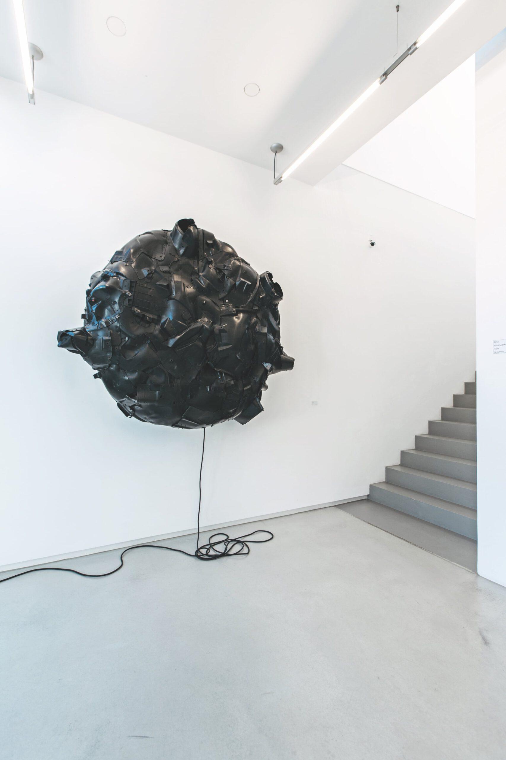 06-urban-hueter-entity-black-crust-2015-kunststoff-holz-aluminium-160-x-165-x-48-cm