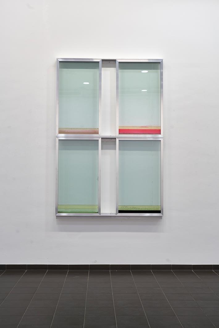 06-urban-hueter-window-ii-therere-is-no-place-like-home-2019-aluminium-glas-flüssigkeiten-150-x-260-x-13-cm