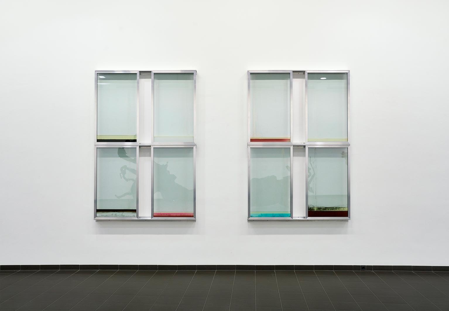 07-urban-hueter-window-i-therere-is-no-place-like-home-2019-aluminium-glas-flüssigkeiten-400-x-260-x-13-cm