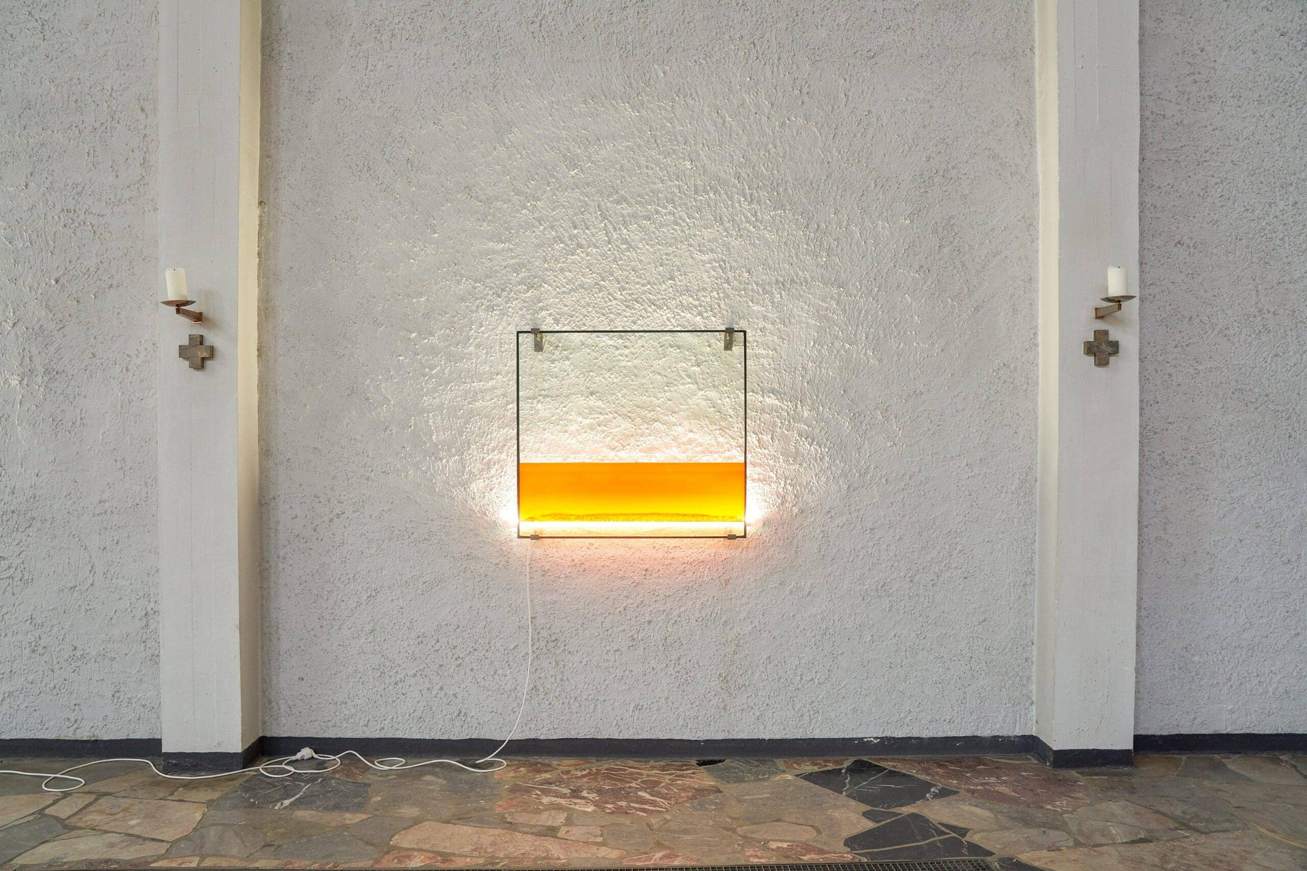 Stratification III   2019, Glas, Leuchtmittel, Stahl, Wasser, Honig, Pigment, Spülmittel, Öl
