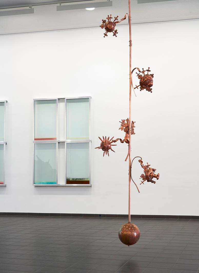 16-urban-hueter-pole-there-is-no-place-like-home-2019-spielzeuge-kupfer-motor-kette-400-x-85-x-80-cm